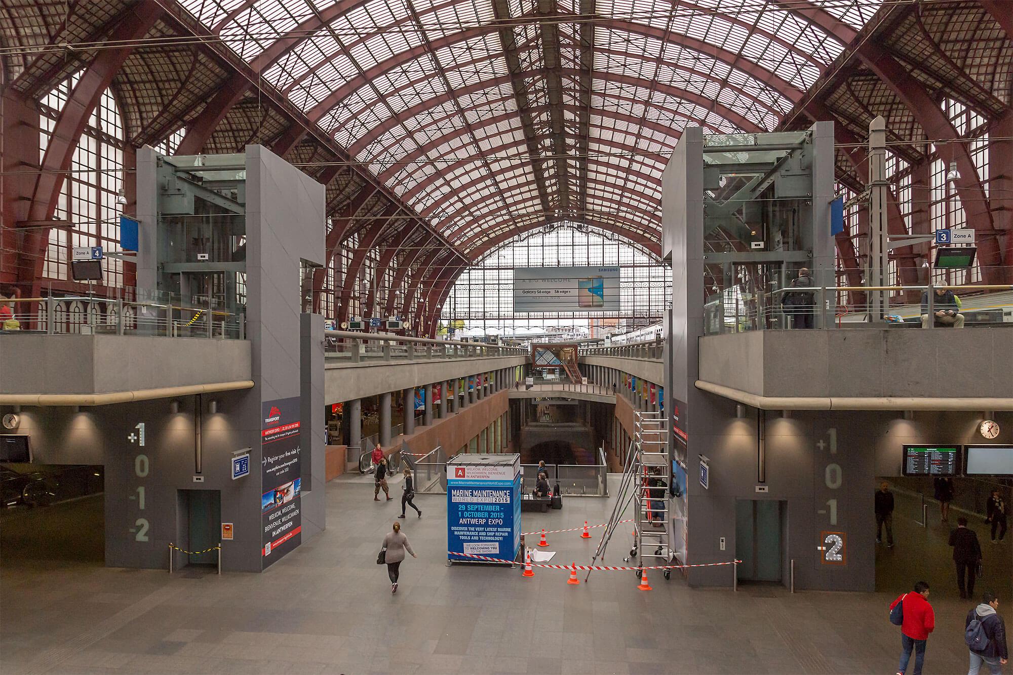 Illustratie: foto van de stationshal van Antwerpen. De foto van het station is van ComBron Communicatie.