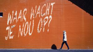 """Foto van rode muur met tekst: """"Waar wacht je op?"""" De tekst hoort bij het artikel over de opvolger van Facebook en Instagram."""