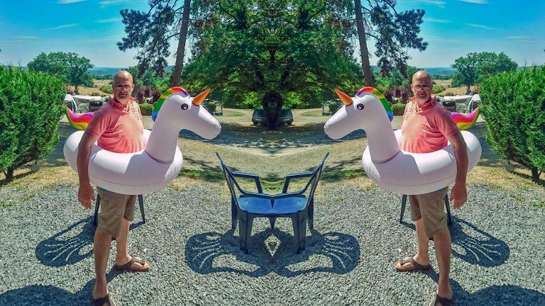 """Foto van Edo Dijkgraaf met een unicorn. De foto is gespiegeld, zodat er twee dikke veertigers met een opblaas-unicorn om hun middel staan. De foto hoort bij het artikel: """"Tips voor ondernemers op Instagram zijn onderweg!"""""""