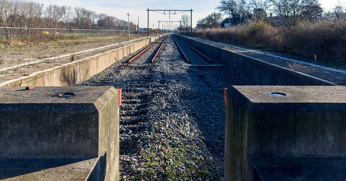 Foto (voor Facebook) van het einde van een spoorlijn. Op de foto is te zien dat zich aan het einde van de beide (het zijn er twee) sporen de rails niet samen komen.