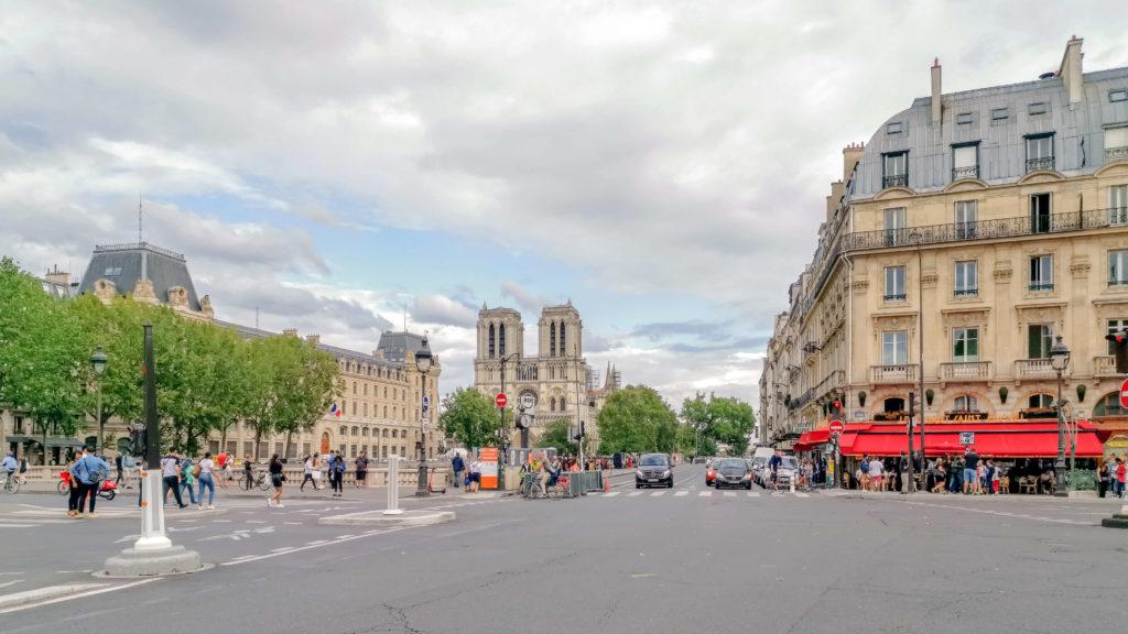 Foto van de Quai des Grands Augustins in Parijs. In het midden van de foto is op de achtergrond de Notre Dame te zien. De foto is gemaakt met een Huawei P20 Pro.